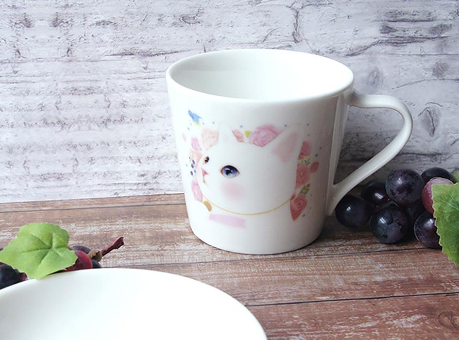 大人気の絵柄【白猫】の<br>ミニマグカップは見ているだけで<br>笑顔になるほどの<br>かわいいビジュアル♪<br>小ぶりなサイズのマグカップは<br>自分用としてだけではなく<br>来客用としても大活躍しそうです◎