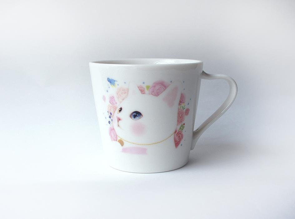 真っ白な体にオッドアイの瞳、<br>ピンクに染めたかわいらしい頬が<br>とっても魅力的な白猫ちゃん♪<br>背景のお花とマッチした<br>愛らしい姿が魅力的です☆