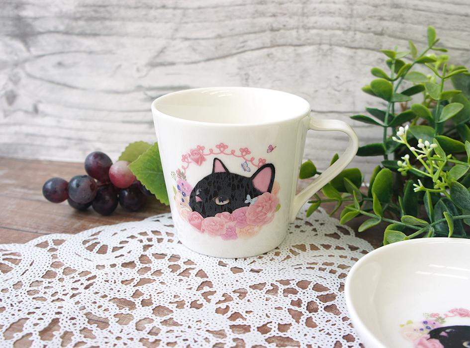 黒猫とピンクの花の色合いが<br>とてもすてきなミニマグカップです♪<br>大人かわいいビジュアルは<br>幅広い年齢層の方から<br>愛されること間違いなしです◎