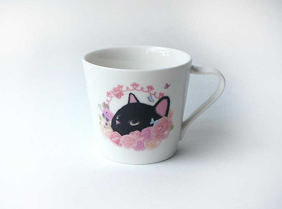ピンクの美しい花の<br>間からのぞく<br>黒猫のあどけない表情が<br>とてもキュート♪