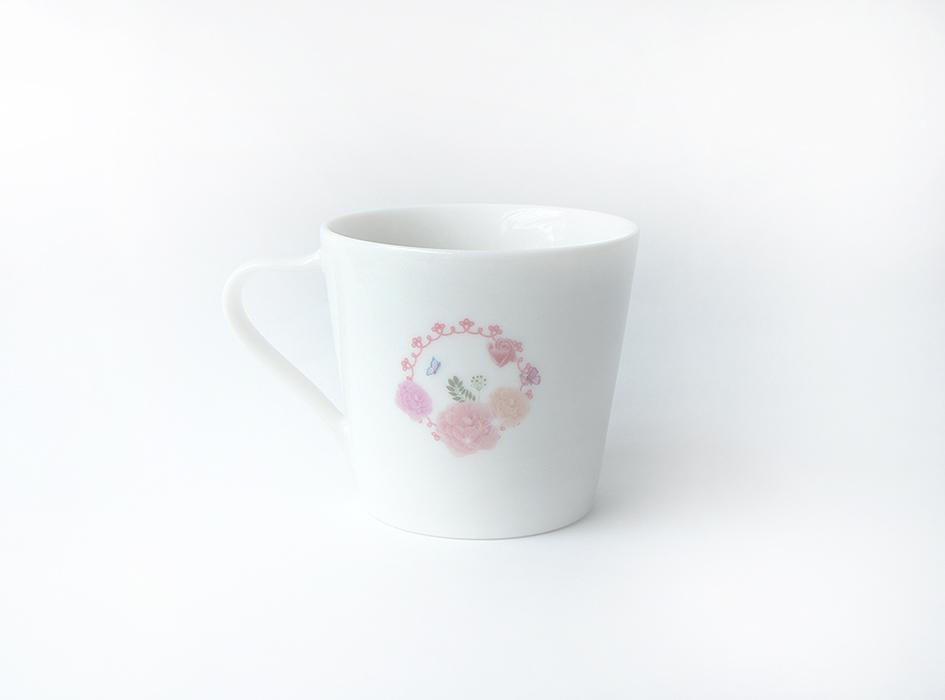 裏面にはシンプルだけど<br>華やかなお花の絵柄が♪<br>派手すぎるデザインには<br>抵抗があるけれど、<br>かわいいマグカップが欲しい!<br>という方にはぴったりです◎