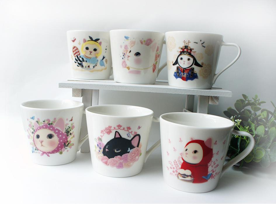 """ミニマグカップはほかにも<br>たくさんの絵柄があります♪<br>全種類集めてコレクションとして<br>飾るのもよさそうです(^^)<br><br><a href=""""#aaa""""><font color=""""red"""">\猫の陶器シリーズ!/<br>★まとめ買いでお買い得キャンペーン★<br></font></a>【猫の陶器】シリーズを<br>購入すればするほどお得!<br><a href=""""http://www.choochoo.jp/ic/category_010_7?limit=20&sort=1"""">対象商品はこちらからご覧ください♪</a>"""