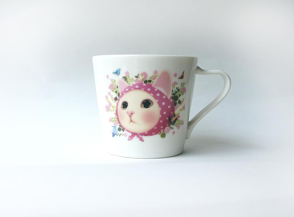 あたたかい印象をうける<br>ピンクのお花をバックに<br>ドット柄のピンクずきんを被った<br>白猫ちゃんの絵柄は<br>人気があるのも納得できる<br>とってもキュートなデザイン◎