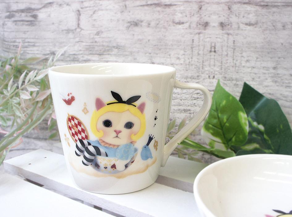 不思議の国のアリスをモチーフにした<br>とてもかわいらしいミニマグカップ♪<br>アリスに扮した白猫ちゃんが<br>とっても印象的です☆