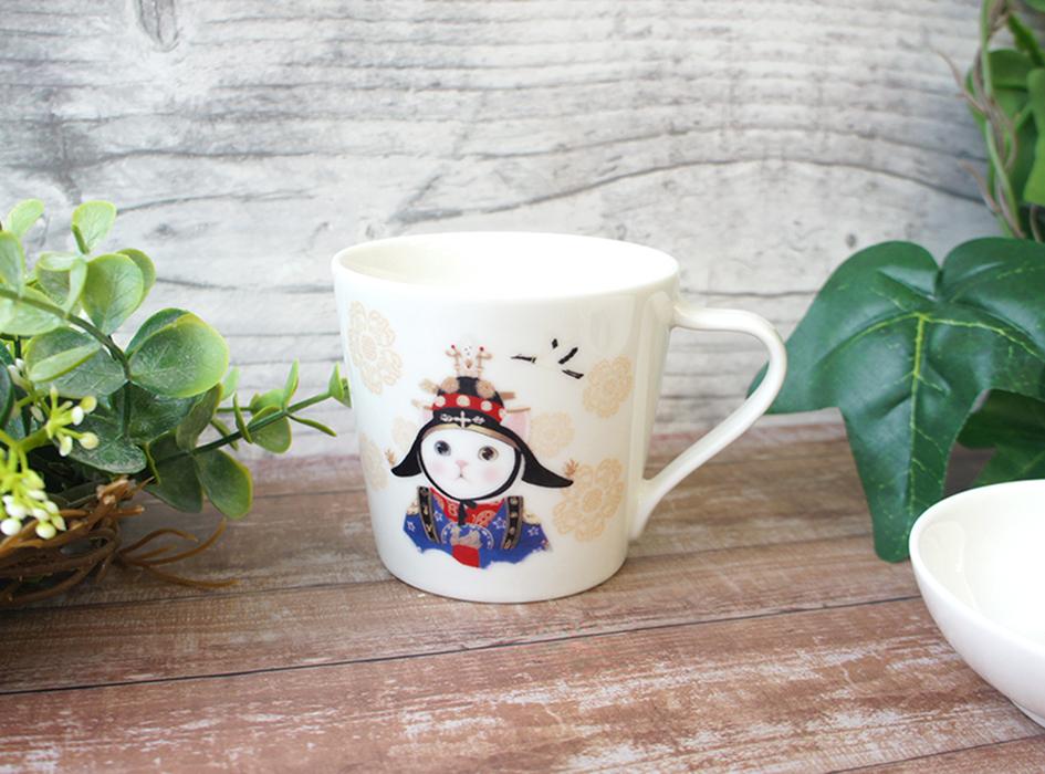 韓国伝統の衣装、<br>「韓服」を身にまとった<br>ちょっと個性的な絵柄の<br>ミニマグカップ♪<br>細部までこだわって描かれた<br>美しい衣装は必見です(^ ^)