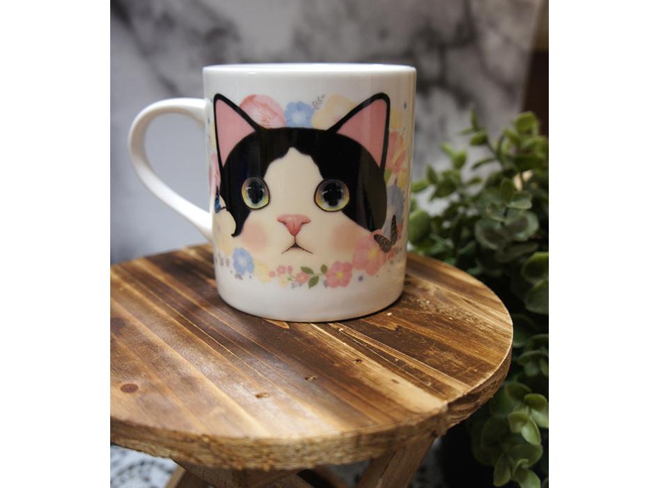 白黒ハチワレ猫が<br>大きくデザインされた<br>かわいいマグカップ♪