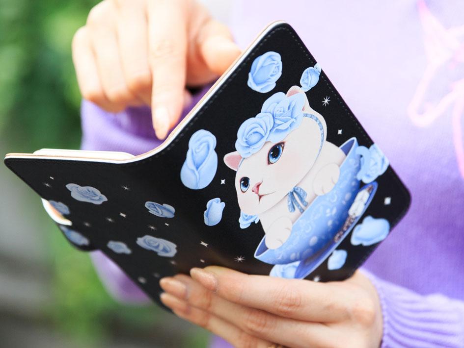 さっと開いてサクッと使える、<br>手帳型のスマホケース☆<br>(※写真は別の柄のものです。)
