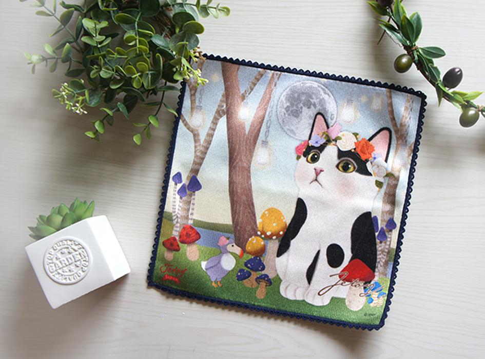 不思議の国に迷い込んだような、<br>とってもメルヘンチックなタオルハンカチ!<br>お花の冠を着けた<br>白黒はちわれ猫ちゃんが<br>とってもキュートな一枚。