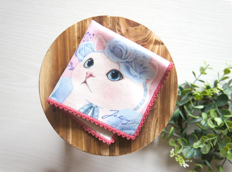 ブルーアイの白猫ちゃんは、<br>四つ折りにしたときに<br>お顔が見えるデザイン。お上品な白猫ちゃんに<br>思わず笑みがこぼれそう。
