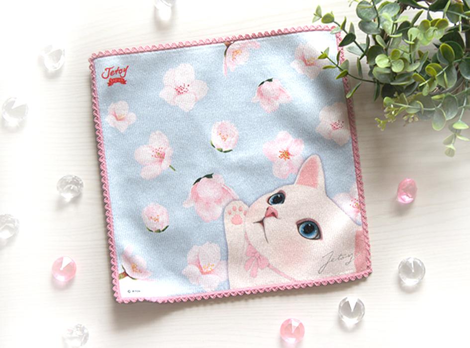 パステルブルーを背景に<br>ひらひらと舞うピンクの花びらをつかもうと<br>手を伸ばす白猫がかわいらしい。<br>華やかな柄は見ているだけで<br>テンションが上がります。