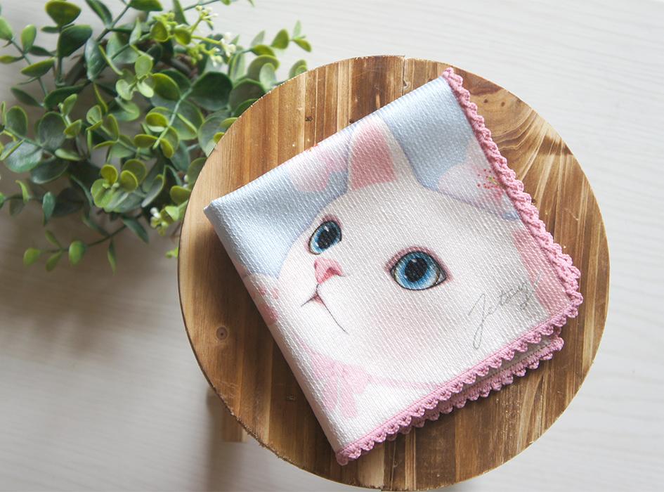 好奇心旺盛な猫らしい表情が<br>愛らしいですね。<br>4つ折りにしたときに、<br>かわいい白猫のお顔が見える<br>デザインも嬉しいポイント。