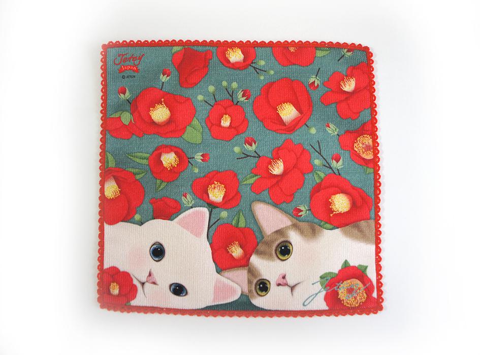 寄り添う白猫とキジ白猫。<br>お花畑でお昼寝しているみたい!