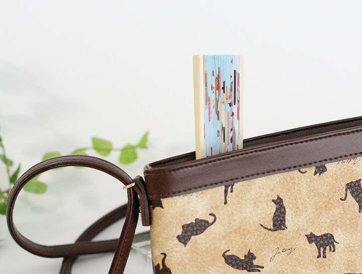 サッとバッグから取り出して使える便利でかわいい扇子です。