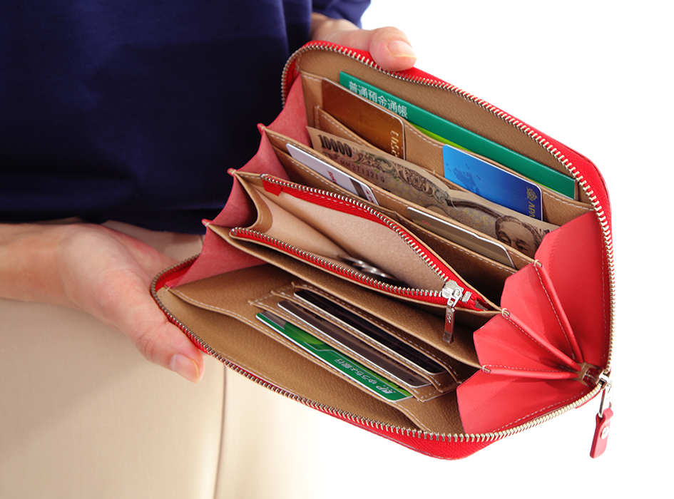 大きく開く口が紙幣を取り出しやすい!<br>ファスナータイプなのも使いやすいです。<br>(※写真は別の柄のものです。)