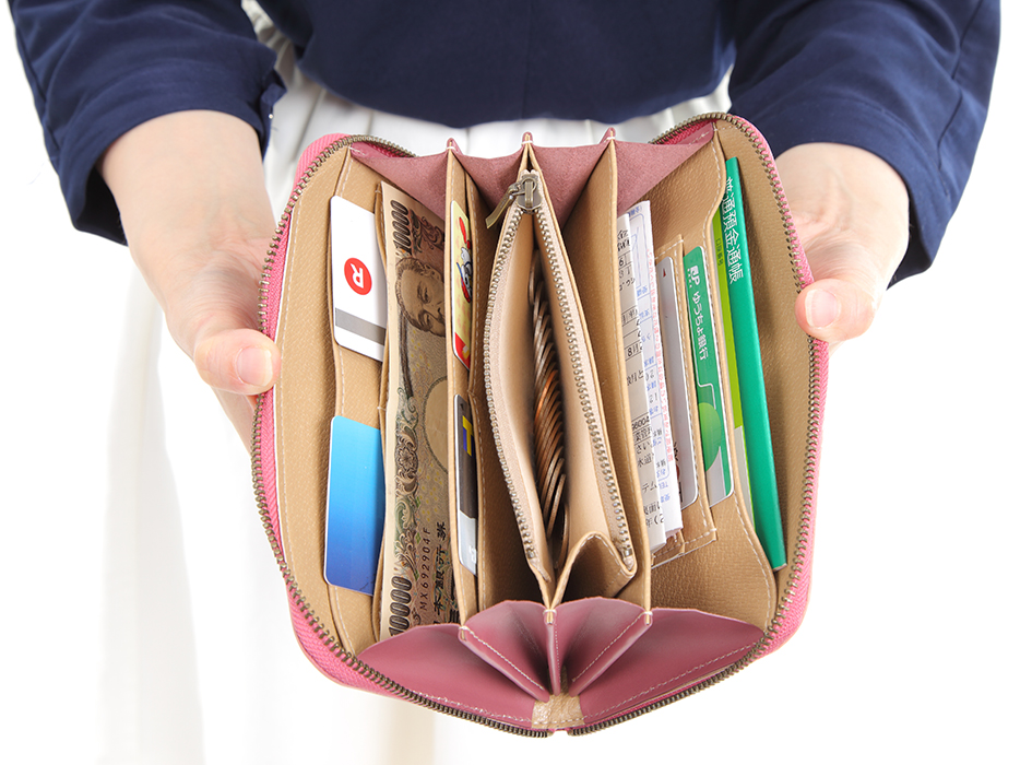 大きく開く口が紙幣を取り出しやすい!<br>ファスナータイプなのも使いやすいです。<br>たっぷりと、カードや紙幣など<br>しまっていただけます♪