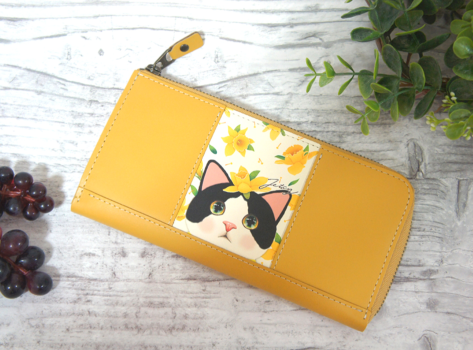華やかな黄色のお花とたわむれる<br>白黒のハチワレ猫が<br>とってもキュートなデザイン<br>【白黒イエローフラワー】の<br>本格的な長財布☆