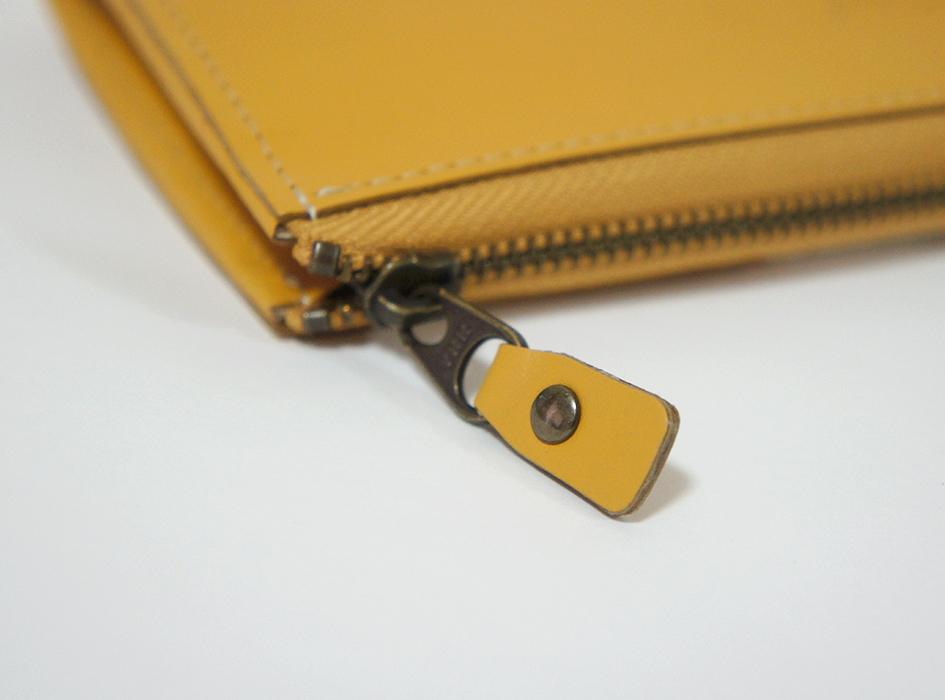 ファスナーの色は<br>革の色に合わせて<br>アンティックゴールドに<br>しております(^^)