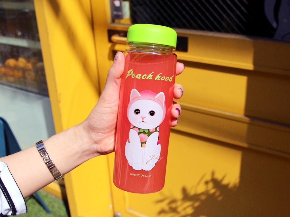 大人気!ピーチ猫のイラストがキュート!<br>ライムグリーンの蓋もおしゃれなボトルです♪