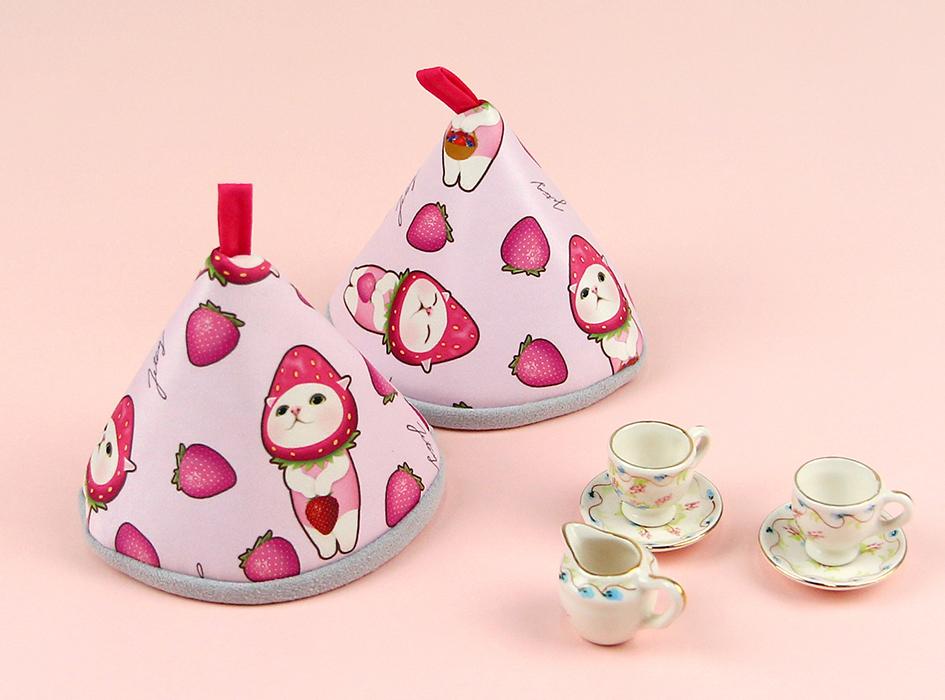 ピンク色といちご猫のキュートなデザイン♪<br>キッチンに飾りたくなりますね◎