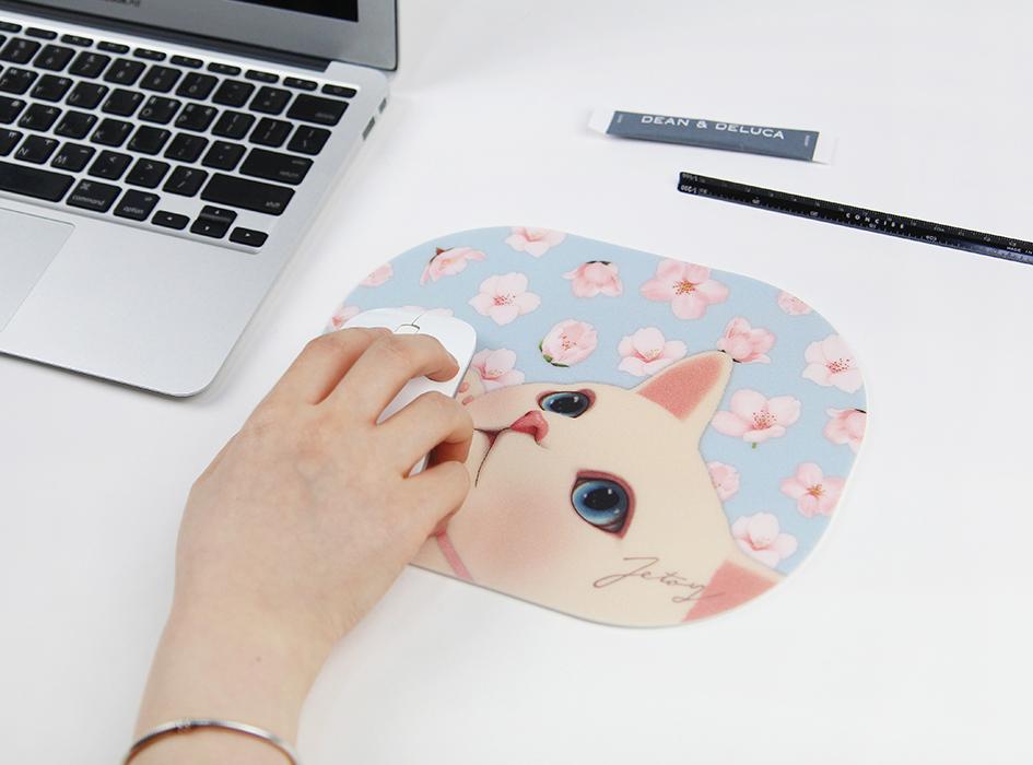 サラサラとした素材のマウスパッドなので<br>マウスも転がしやすい♪作業もはかどりそうです!!<br>(※写真は別の柄のものです。)