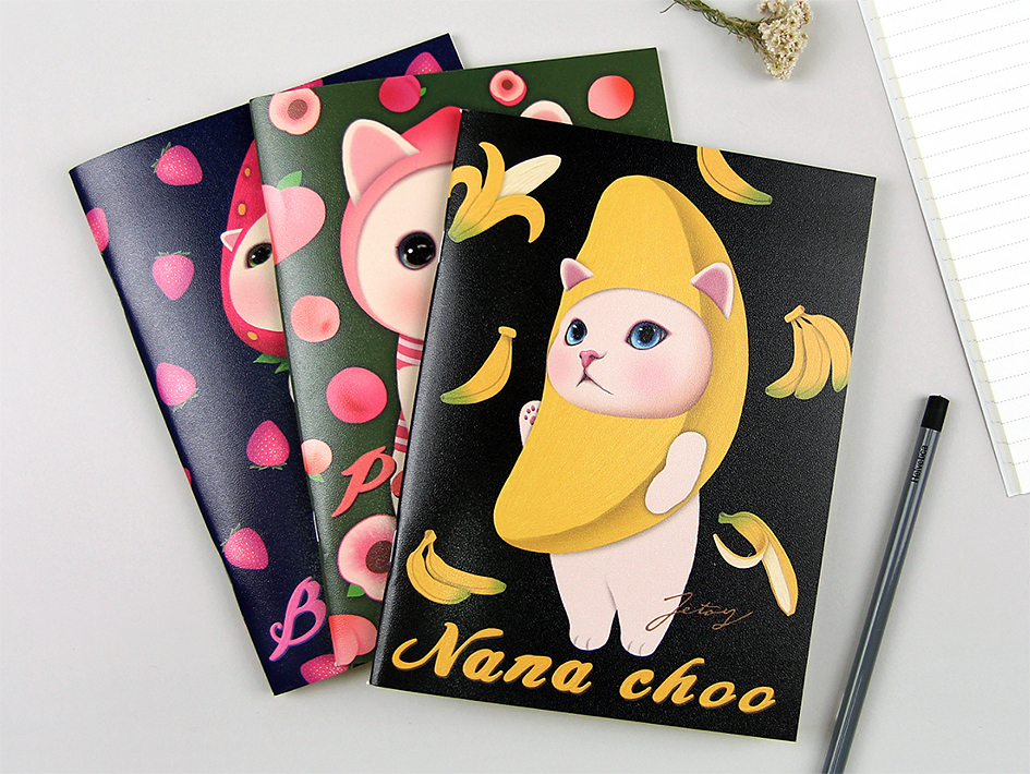 バナナ、ピーチ、いちご!<br>フルーツ猫たちが大集合♪<br>3冊揃えて、<br>いろいろな用途に使ってくださいね☆<br>