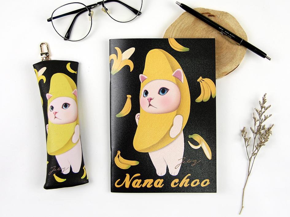 大人気!バナナ猫のノートです♪<br>たくさんあるバナナ猫のアイテムとお揃いで使えば、<br>さらにテンションアップ間違いなし!<br>