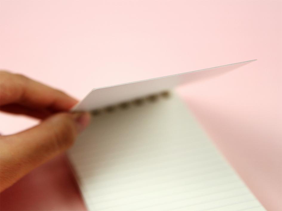 ちょっと厚めの表紙なので、<br>手に持ってメモをするときにも、<br>しっかりしていて書きやすい!