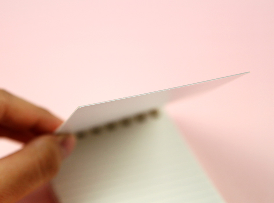 手に持って書き込む時も、<br>しっかりした表紙だから書きやすい!<br>