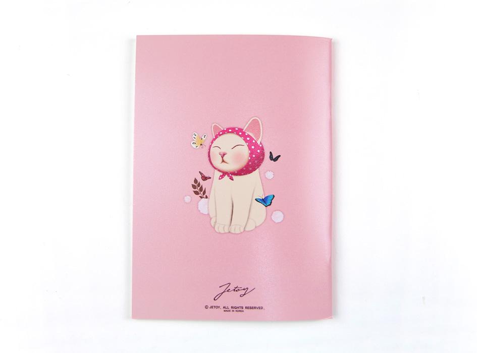 裏表紙に描かれたピンクずきん猫は、<br>さらにめずらしく、目を閉じている貴重な表情!<br>