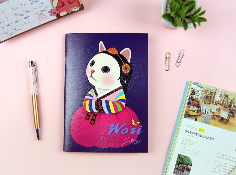 韓国ならではの美しいチマチョゴリを着た白猫!<br>華やかでかわいらしいウォリが表紙です♪