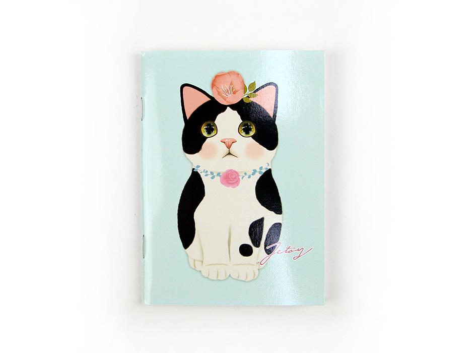 表紙は、パステルカラーのブルーベースに<br>はちわれの白黒猫が大きく描かれたデザイン◎