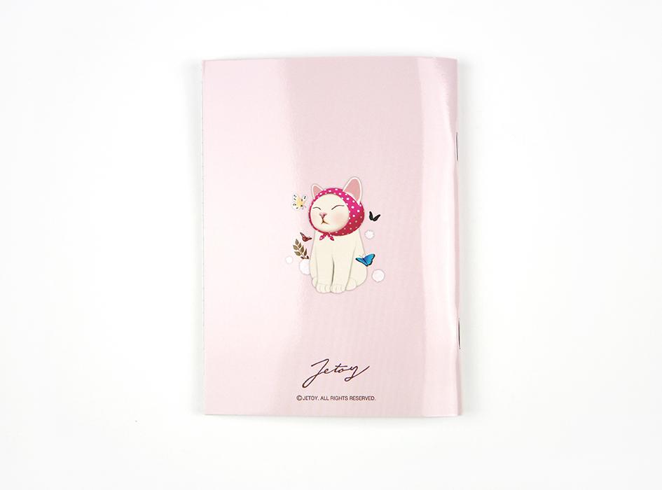 裏表紙には、<br>にっこり笑ったピンクずきん猫が!!<br>表情に癒されます♪