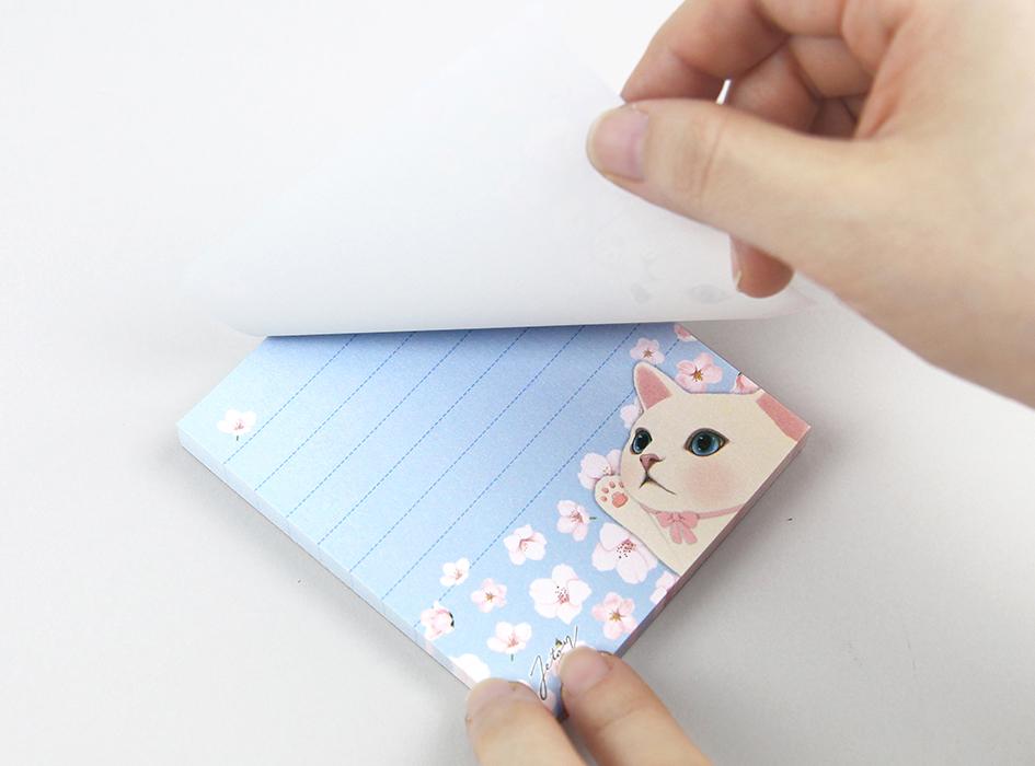 ほぼ正方形のメモ用紙は<br>大容量の80枚つづり♪<br>一辺をのりでとめているだけの<br>シンプルなデザインだから<br>使い勝手は抜群 (^^)