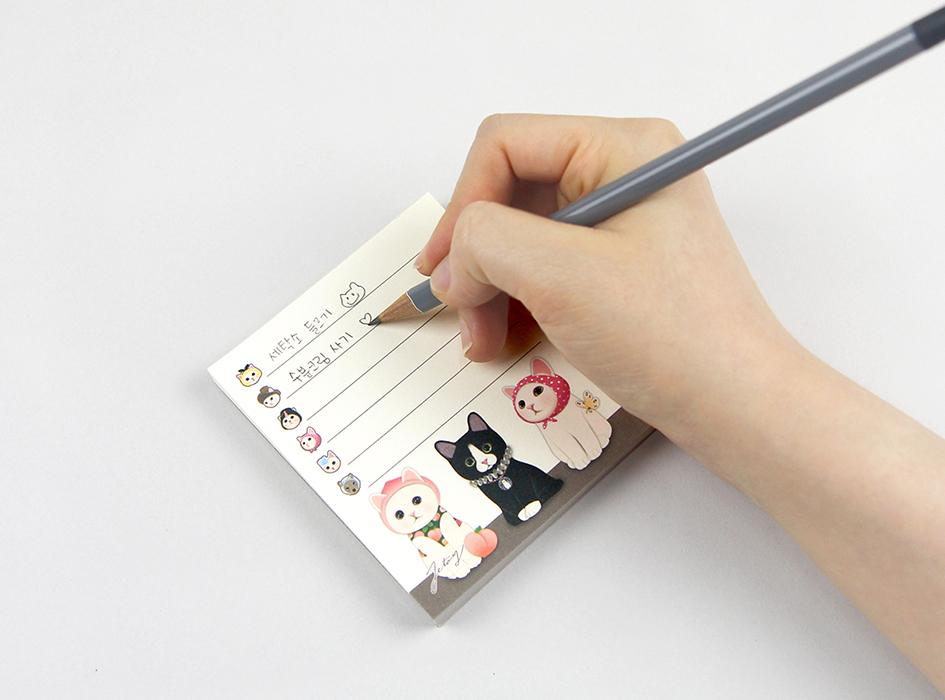 ほぼ正方形のメモ用紙は<br>大容量の80枚つづり♪<br>一辺をのりでとめているだけの<br>シンプルなデザインだから<br>使い勝手はバッチリ(^^)