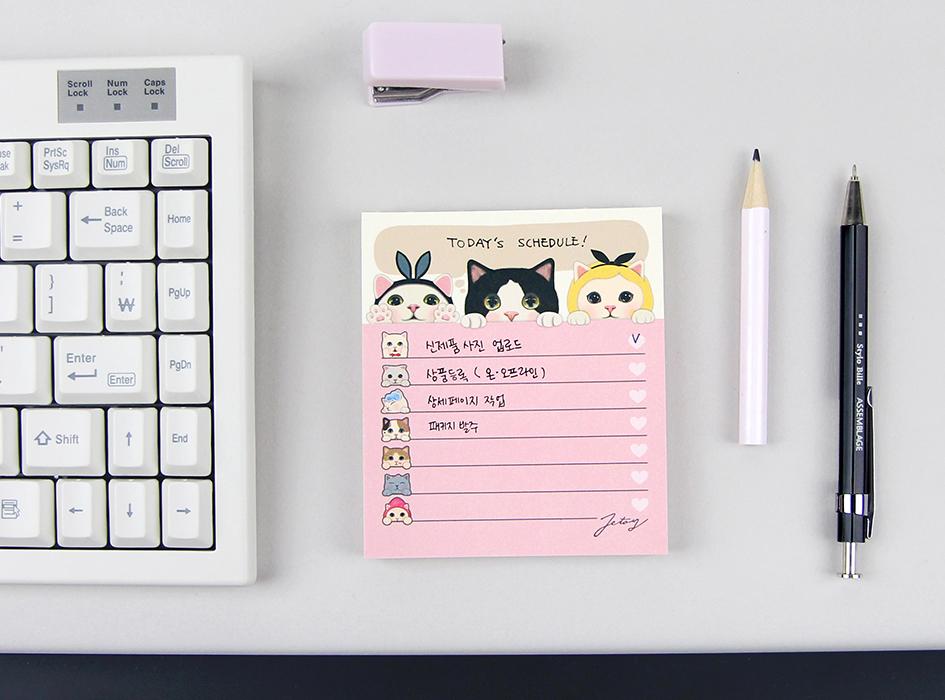 人気のchoo choo猫が<br>たくさん描かれた<br>とっても豪華で<br>かわいいメモパッド♪<br>罫線付きでメッセージも<br>書きやすそうです(^^)