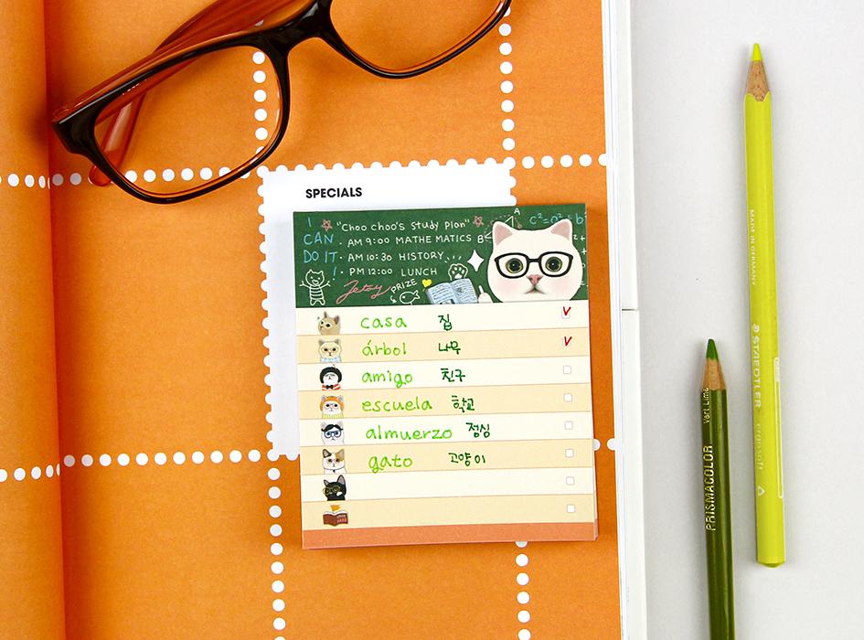 メガネをかけた<br>choo chooネコの<br>罫線付きのメモパッド(^^)<br>頭のよさそうなネコちゃんの<br>メモ用紙を使えば<br>仕事も家事もはかどるかも?