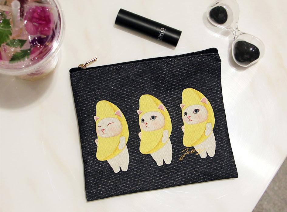 バナナ猫が3匹ならんだデザインが魅力的♪<br>スリムでかさばらないマルチなポーチです♪<br>