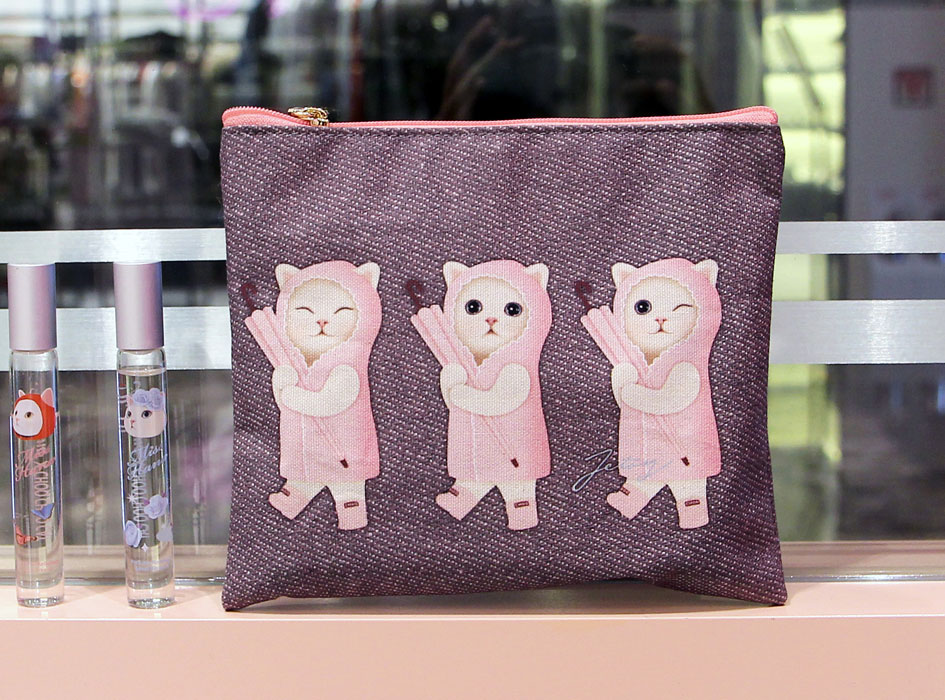 雨ふり猫が3匹♪ピンクのレインコートがおしゃれ♪<br>スリムでかさばらないマルチなポーチです♪<br>