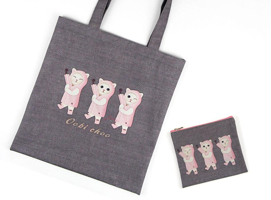 """同柄の【<a href=""""http://www.choochoo.jp/i/BG134"""" target=""""_blank"""">猫のポリコットントート 雨ふり</a>】とセットで持ってもすごくステキです♪<br>"""
