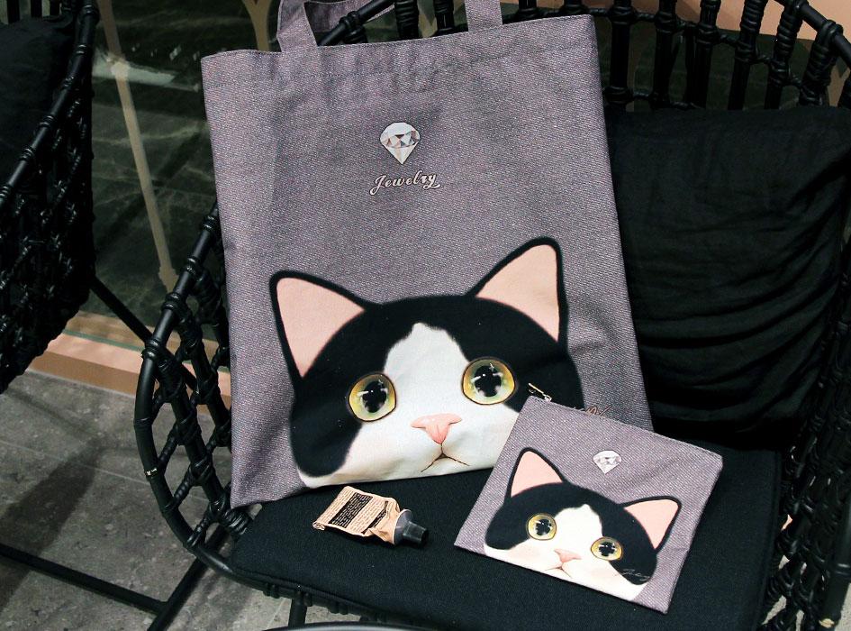 """同柄の【<a href=""""http://www.choochoo.jp/i/BG135"""" target=""""_blank"""">猫のポリコットントート 白黒</a>】とセットで持ってもすごくステキです♪<br>"""