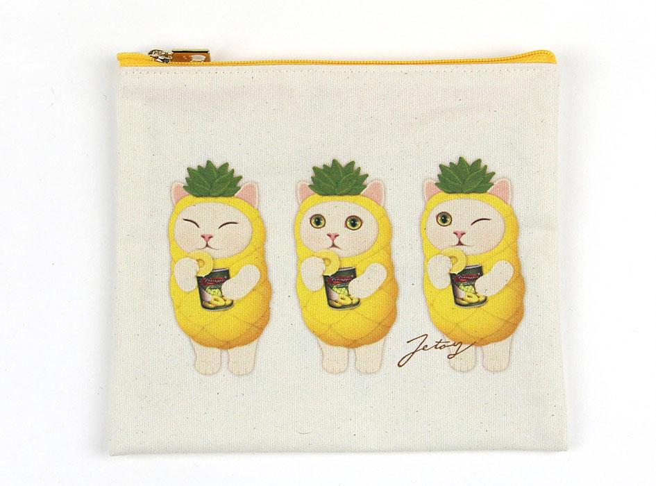 表には、パイナップル猫が横並びに描かれています♪<br>生成り色のポリコットン素材で仕上げていてオシャレ♪<br>