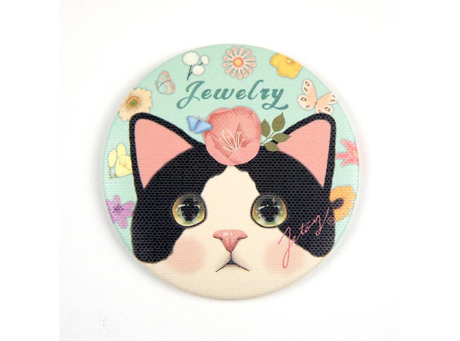 はちわれの白黒猫がかわいい!!<br>大きな瞳に吸い込まれそう♪