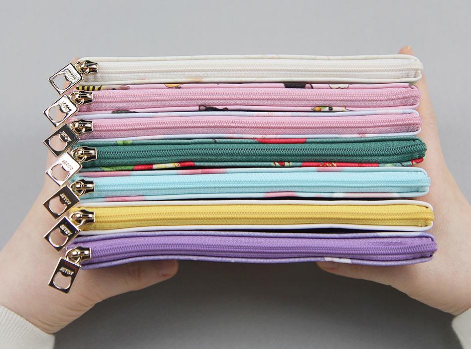 ファスナーの色は裏地に合わせて<br>ピンクを採用♪<br>細かい部分にもこだわっています☆<br>引き手部分には<br>ネコちゃんのシルエットが(^^)