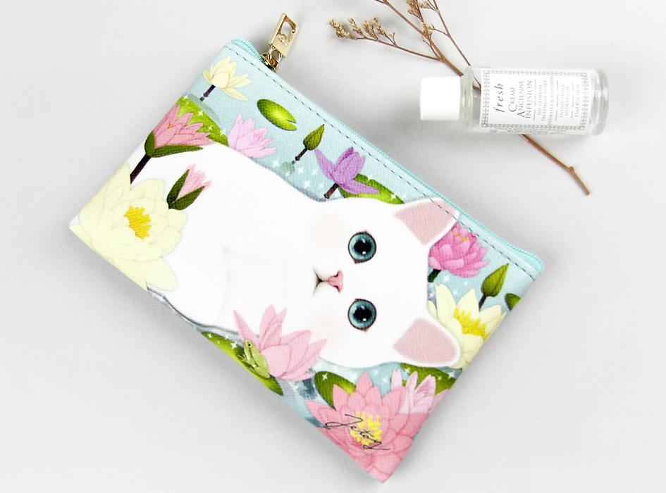 美しく繊細なハスの花に囲まれた<br>白ネコの姿が印象的♪<br>お上品なデザインが<br>人目をひくコンパクトな<br>スリムポーチ(^^)