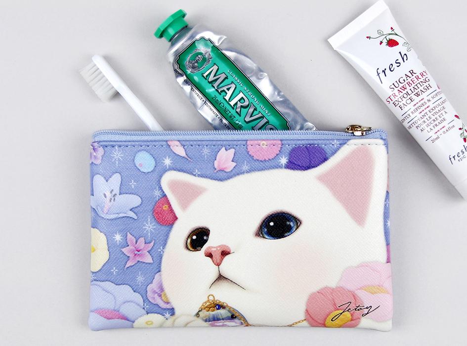 カラフルなお花や星を<br>見上げる白ネコの姿が愛らしい♪<br>シックだけれど華やかなデザインが<br>とってもおしゃれな<br>コンパクトポーチ(^^)