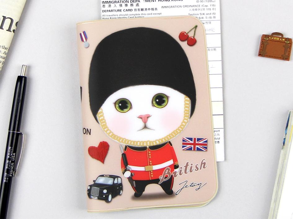 ロンドンの衛兵に扮した白猫の、<br>クールでキュートな表情がかわいい<br>パスポートケースです