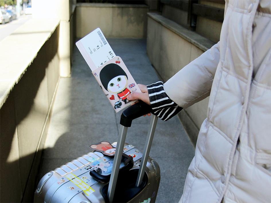 チェックインから搭乗まで、<br>何度も提示するパスポートだから、<br>しっかりケースに入れて携帯したい♪