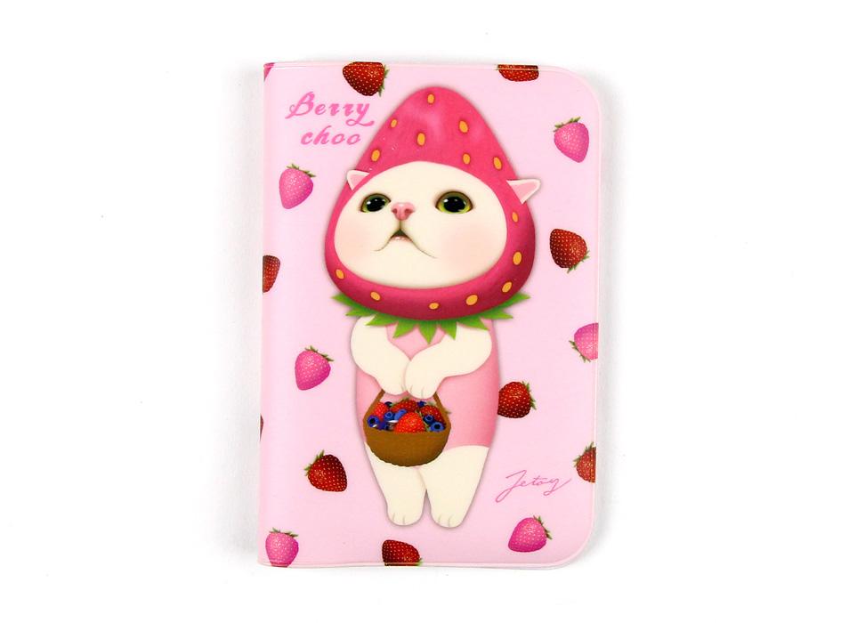 いちご猫の魅力いっぱいのイラストと<br>ピンクのベースカラーがかわいいパスポートケース!