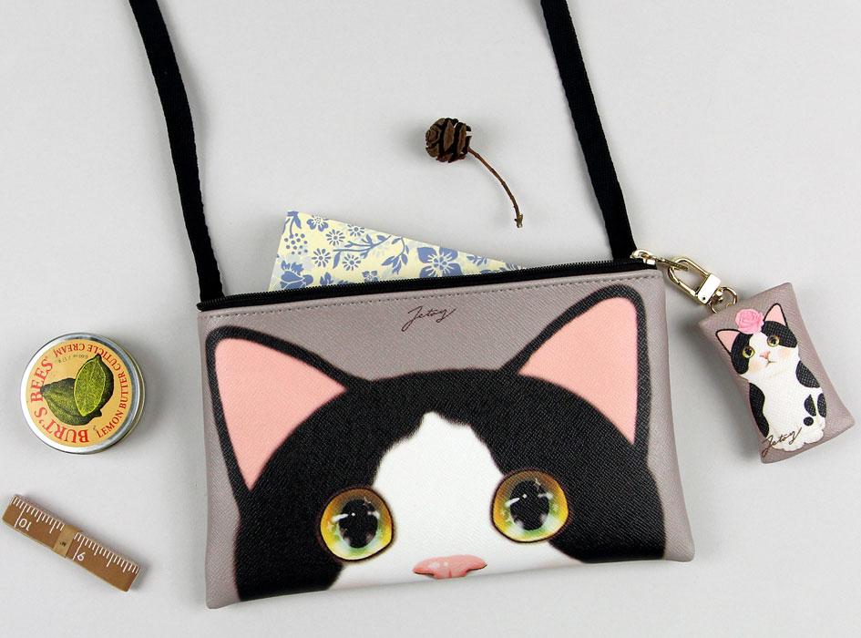 白黒猫のまんまるな瞳が印象的なイラスト!<br>誰かに自慢したくなる、そんな愛されポシェットです